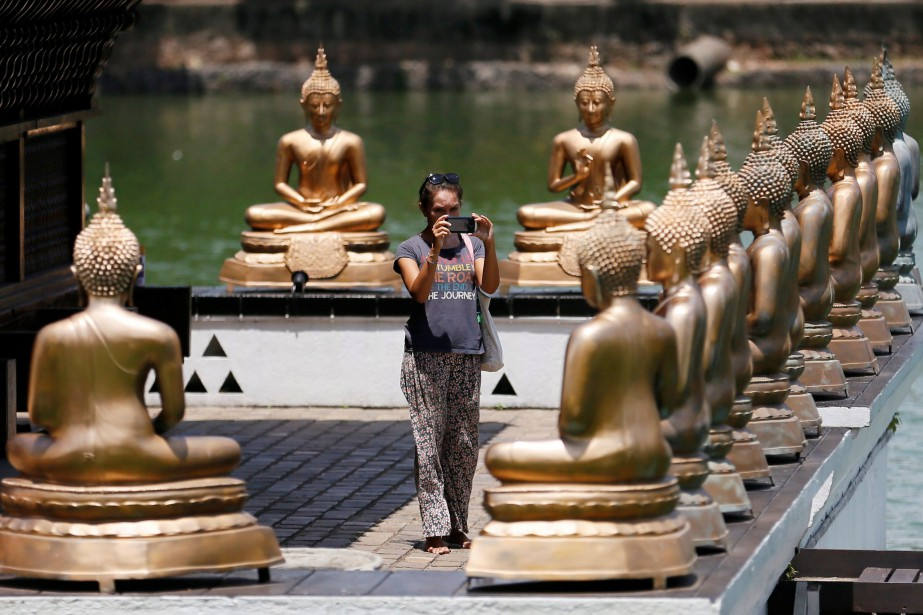 Les statues de Bouddha du temple de Gangaramaya... (PHOTO REUTERS)