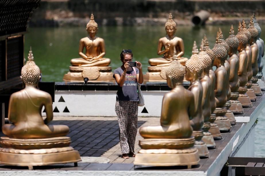 Les statues de Bouddha du temple de Gangaramaya... (PHOTO REUTERS)