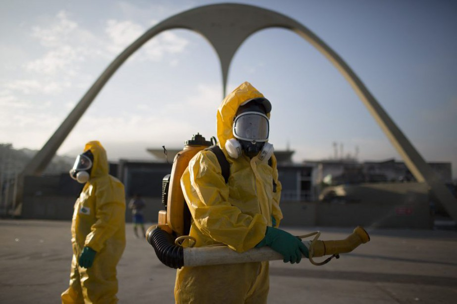 Des travailleurs de la santé répandent un insecticide... (Photo Leo Correa, archives Associated Press)