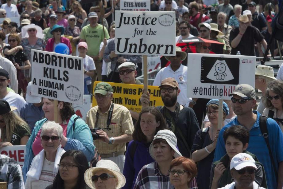 Des militants anti-avortement ont manifesté devant le Parlement... (Photo Adrian Wyld, PC)