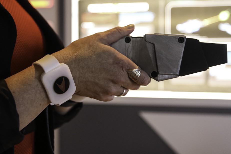 Un bracelet <em>Star Trek</em> remis à l'entrée de l'exposition sert de dossier virtuel aux visiteurs. (Patrick Woodbury, LeDroit)