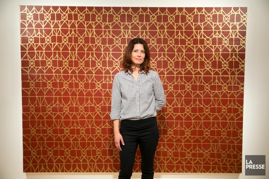 Natalie Reis devant Pattern of Gold, une oeuvre... (PHOTO FRANÇOIS ROY, LA PRESSE)