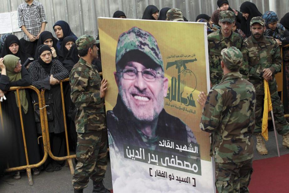 Des membres du Hezbollah libanais transportent un portrait... (PHOTO ANWAR AMRO, AFP)