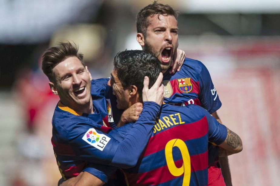 Luis Suarez célèbre son but avecLionel MessietJordi Alba.... (PHOTO DANIEL TEJEDOR, AP)