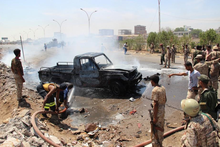 Des soldats éteignent un feu qui a détruit... (PHOTO FAWAZ SALMAN, ARCHIVES REUTERS)