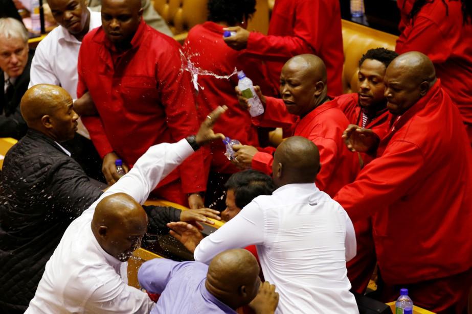 Vêtus de leurs traditionnelles combinaisons rouges de mineurs,... (PHOTO MIKE HUTCHINGS, REUTERS)