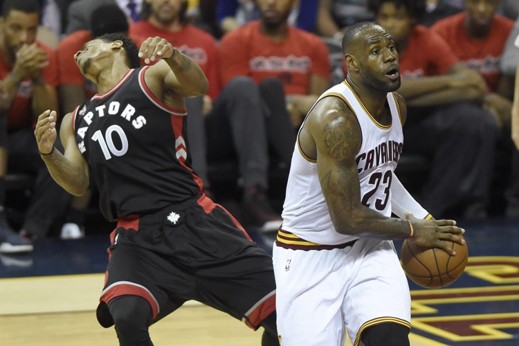LeBron James (à droite) a inscrit 24 points... (PHOTO PC)