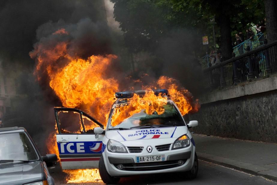 Un petit groupe a incendié avec un cocktail... (PHOTO CYRIELLE SICARD, AFP)