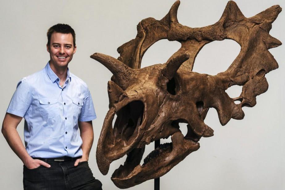 Jordan Mallon à côté d'une reconstiturion d'un crâne... (Photo Martin Lipman, Associated Press/Musée canadien de la nature)