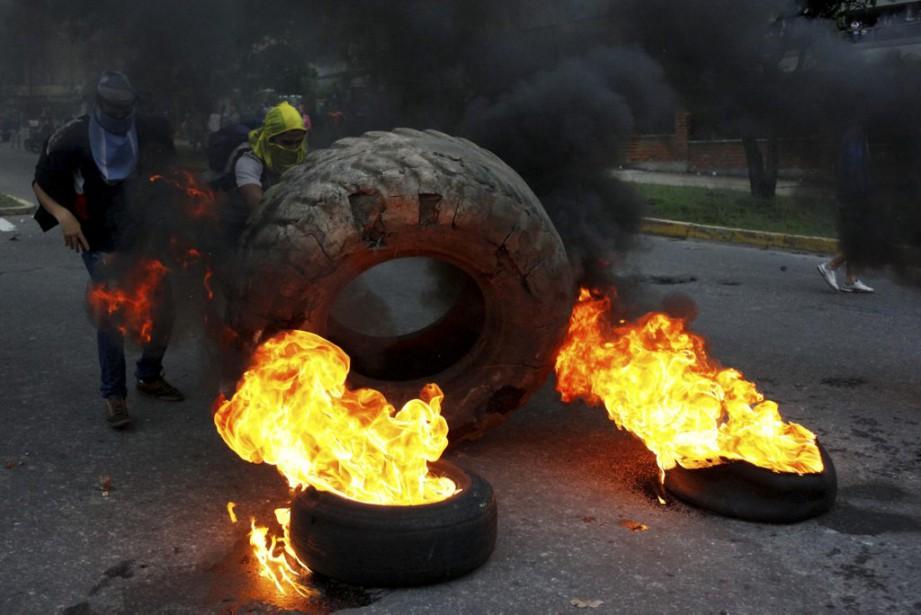 Les opposants au chef de l'État sont descendus... (PHOTO CARLOS EDUARDO RAMIREZ, REUTERS)