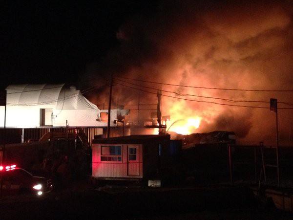 Le feu a ravagé un bâtiment de l'écocentre Jean-Talon de Québec situé au1700,boul.JeanTalonOuest dans l'arrondissement desRivières,jeudi soir. (Fil Twitter du Service de protection contre l'incendie de Québec)