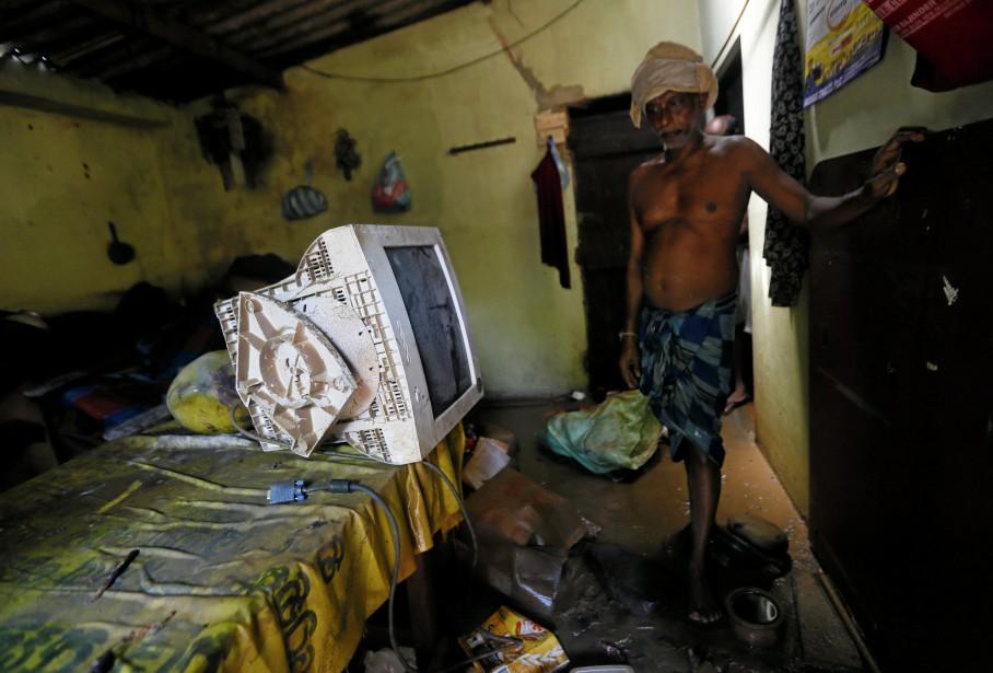 Un homme de Biyagama constate les dégâts dans... (Photo Dinuka Liyanawatte, Reuters)