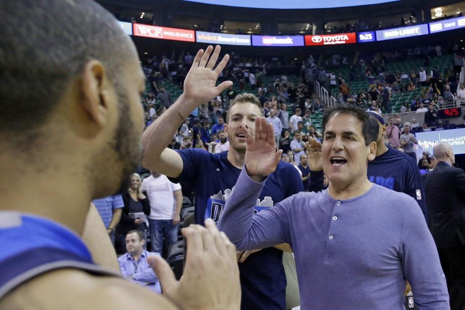 Mark Cuban, à droite, right, célèbre la victoire... (Photo Rick Bowmer, archives AP)