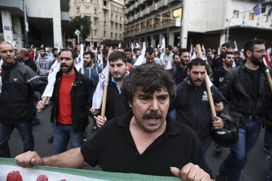 Des partisans du syndicat PAME, affilié au Parti... (Photo Yorgos Karahalis, AP)