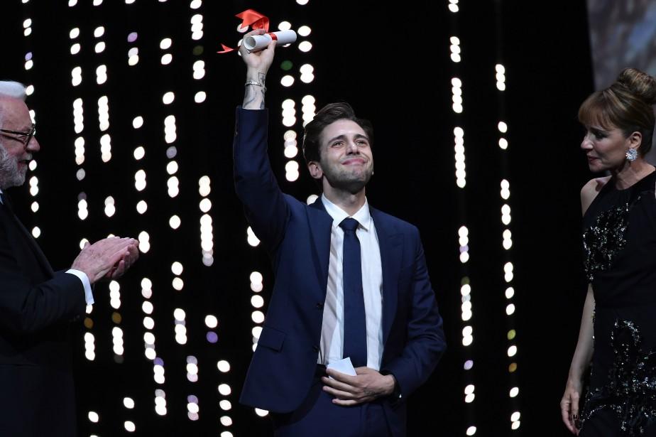 Xavier Dolan célèbre son prix, entouré des acteurs... (PHOTO ALBERTO PIZZOLI, AGENCE FRANCE-PRESSE)