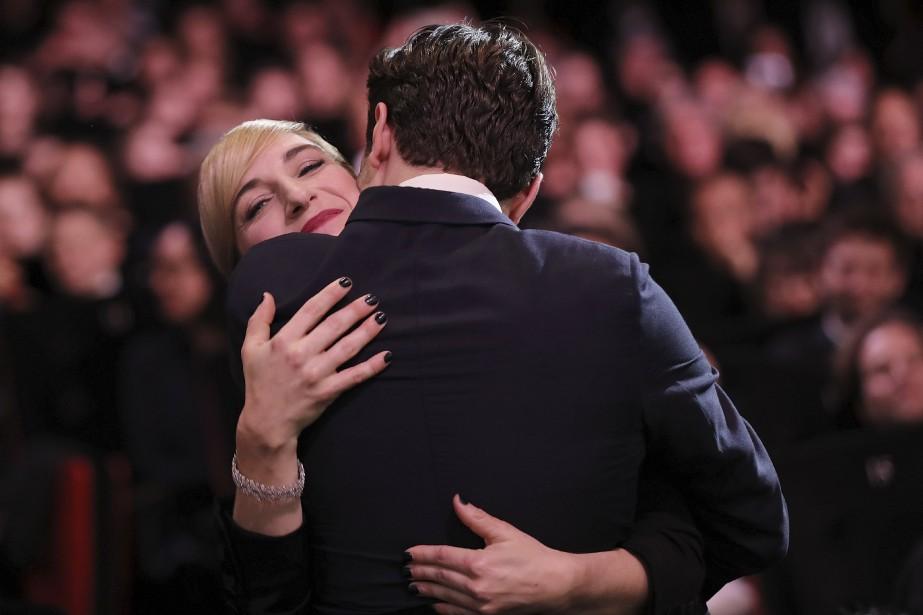 Xavier Dolan a fait une longue accolade à sa productrice Nancy Grant avant de monter sur scène pour recevoir son prix. (AFP, Valery Hache)