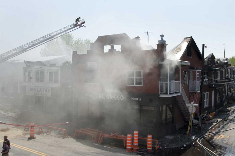 Le restaurant El Greco, une institution du centre-ville de Louiseville, a été détruit par un violent incendie survenu dans la nuit de dimanche à lundi. (Sylvain Mayer, Le Nouvelliste)