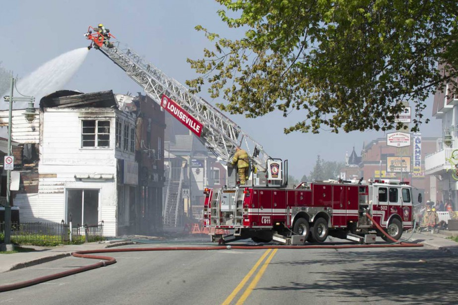 Beaucoup de fumée s'échappait des lieux plusieurs heures après le début de l'incendie. (Sylvain Mayer, Le Nouvelliste)