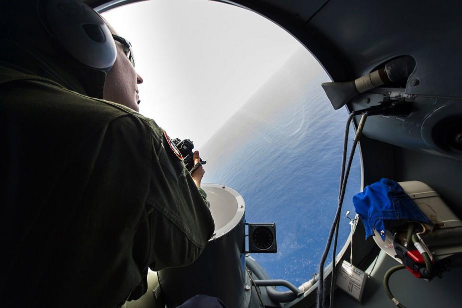 Un soldat français et son équipage survolentla mer... (PHOTO ALEXANDRE GROYER, MARINE NATIONALE VIA AFP)