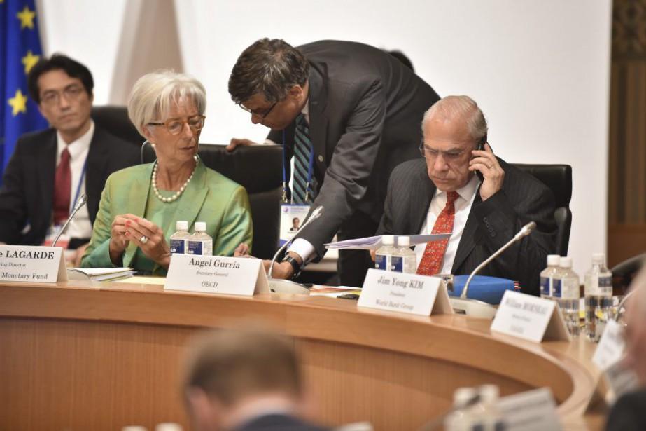 Le secrétaire général de l'OCDE, Angel Gurria (debout).... (PHOTO KAZUHIRO NOGI, AFP)