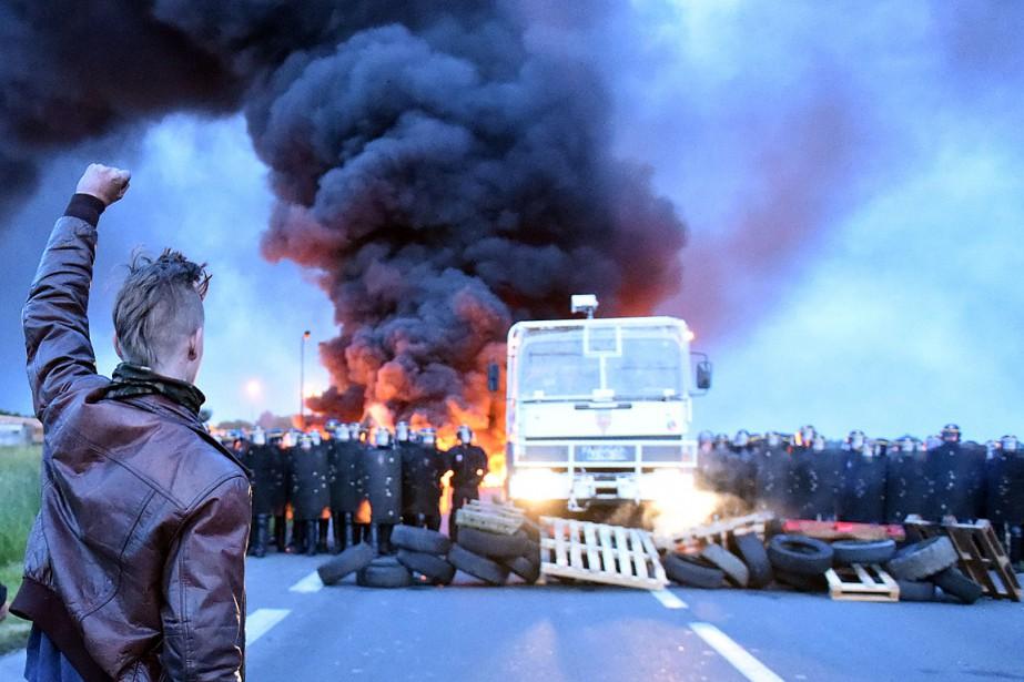Mercredi à l'aube, le dépôt de carburants de... (PHOTO FRANCOIS LO PRESTI, AFP)
