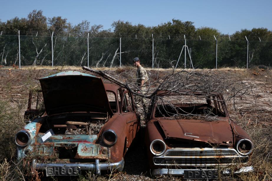 Des dizaines de voitures rongées par la rouillesont... (Photo Yiannis Kourtoglou, Reuters)