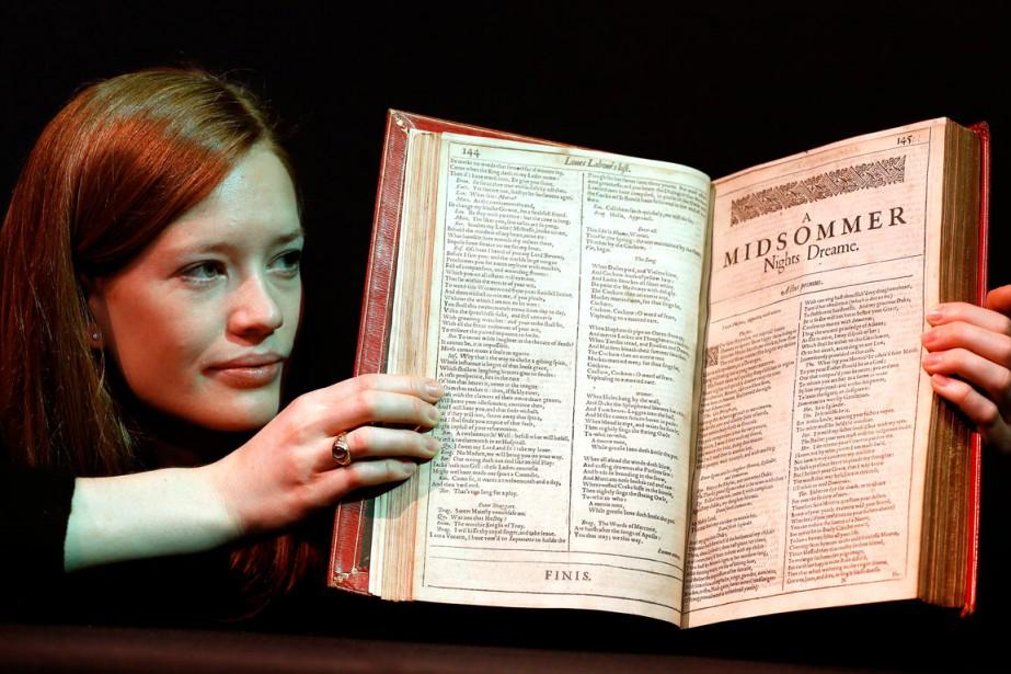Une employée de l'encanteur Christie's tient un exemplaire... (PHOTO AP)