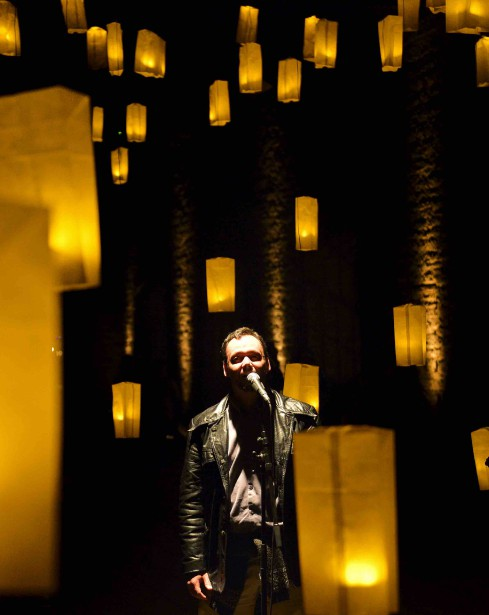 2. <i>FÊTER QUOI?</i>Par Alexandre Fecteau: célébration éclectique où les cultures de la fête (DJ, karaoké, dragons chinois, lanternes thaïlandaises, etc.) se rencontrent.(Derrière les Nouvelles Casernes) (Le Soleil, Yan Doublet)