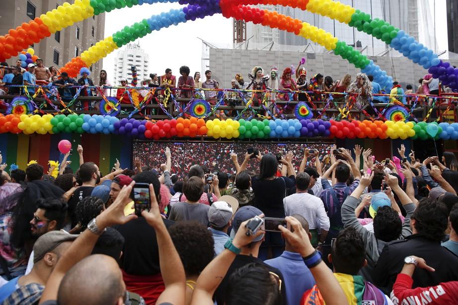 Des centaines de milliers de militants et sympathisants de la cause des gais, lesbiennes, bisexuels et transsexuels (GLBT) défilaient dimanche au coeur de Sao Paulo, la mégapole du Brésil, pour célébrer la 20e édition de la journée de la «fierté gaie». (AFP, Miguel Schincariol)