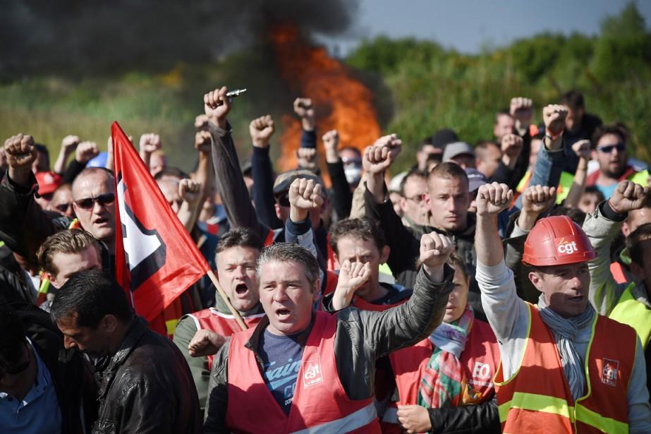 Des grévistes qui bloquaient l'accès à un entrepôt... (PHOTO JEAN-SEBASTIEN EVRARD, ARCHIVES AFP)