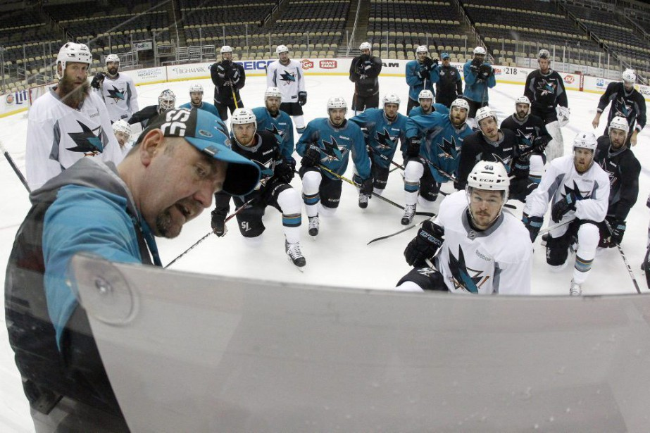 L'entraîneur-chef des Sharks Peter DeBoer donne ses instructions... (Photo Charles LeClaire, USA Today Sports)