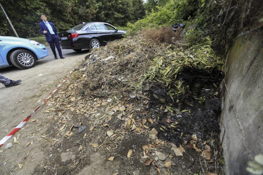 Des policiers inspectent le site où le corps... (PHOTO AP)