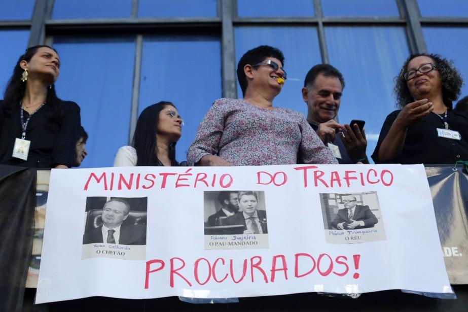 Des fonctionnaires manifestent pour réclamer la résignation du... (PHOTO Eraldo Peres, AP)