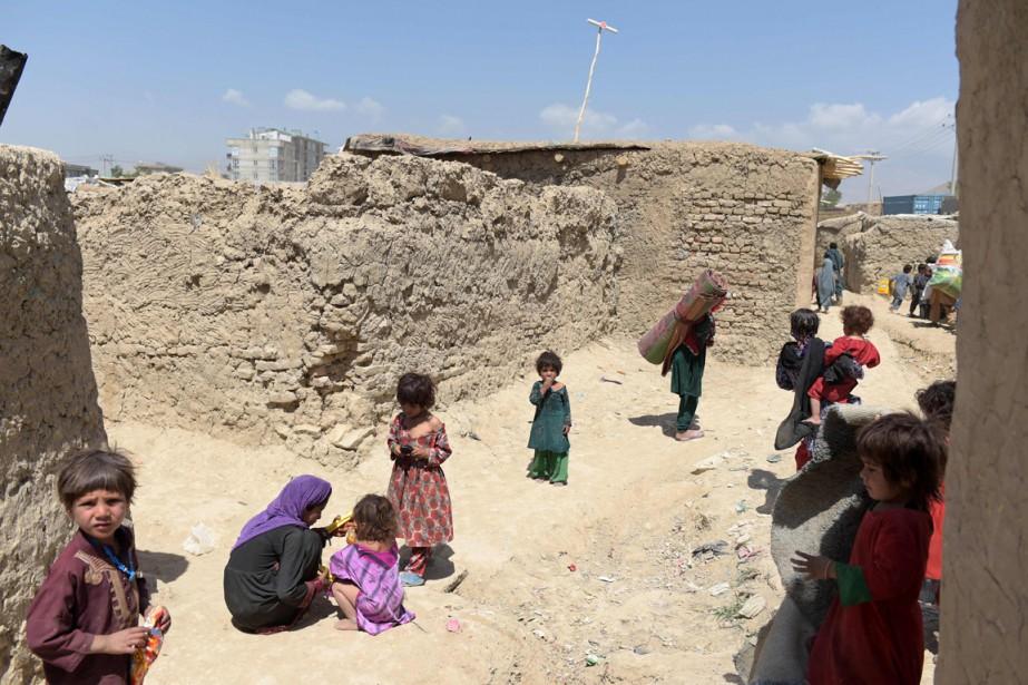 Des enfants déplacés sont vus dans un camp... (PHOTO  SHAH MARAI, AFP)