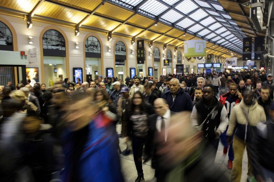 Des usagers se dirigent vers l'un des quelques... (PHOTO Markus Schreiber, AP)
