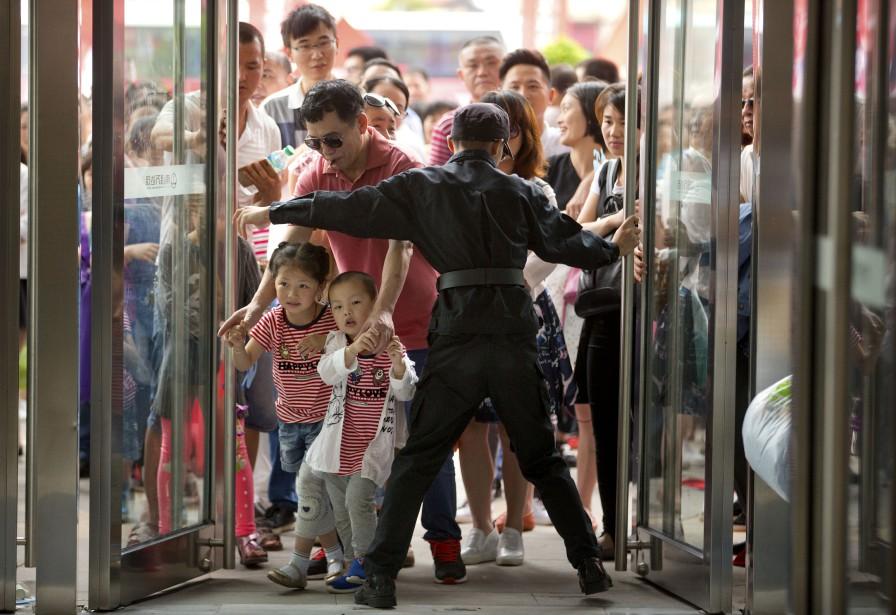 Les Chinois se sont précipités lors de l'ouverture du parc samedi dernier. (AP, Mark Schiefelbein)