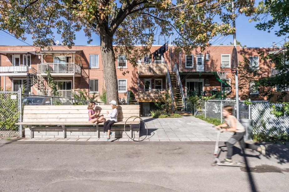 Les enfants du couple McComber-Barrette-Brisson et leurs voisins profitent du banc face à la ruelle, qui permet également de tracer les limites de la cour. De gauche à droite: Elsa, Margot, la fille du couple, et Jean-Baptiste. (PHOTO RAPHAËL THIBODEAU, FOURNIE PAR L. MCCOMBER)