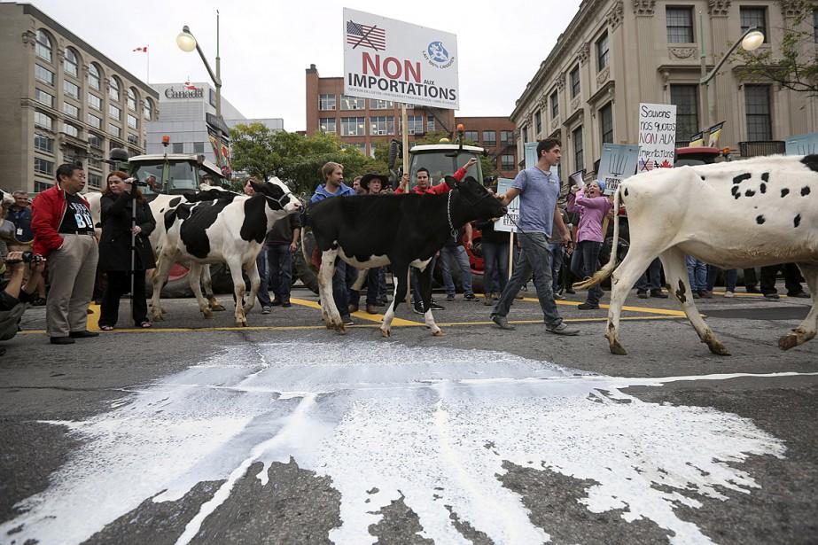 En septembre 2015, plusieurs producteurs laitiers (photo) ont... (Photo Chris Wattie, archives Reuters)