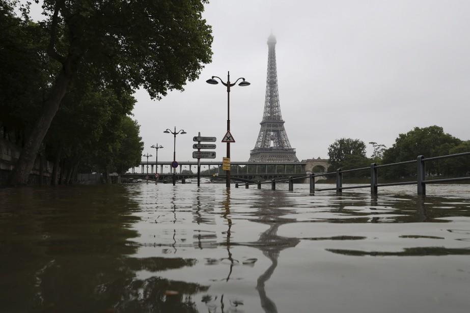Vue de la tour Eiffel qui semble avoir les pieds dans l'eau (AFP, KENZO TRIBOUILLARD)