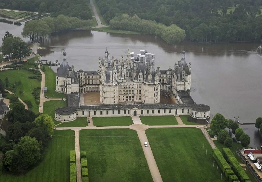Le château de Chambord, à 170 kilomètres au sud-ouest de Paris, partiellement inondé après que le Cosson soit sorti de son lit. (AFP, GUILLAUME SOUVANT)