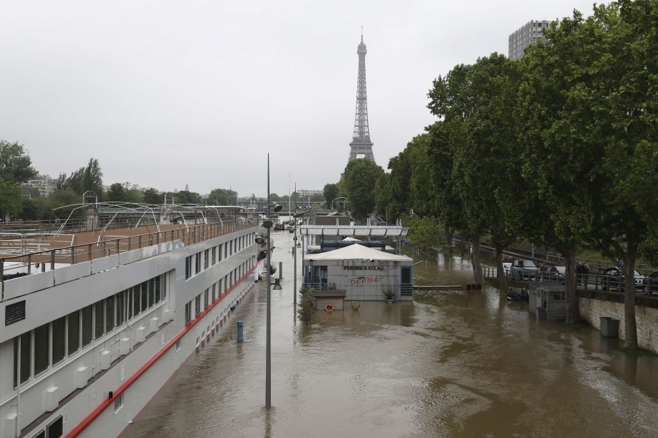 Les bords de la Seine sont inaccessibles à Paris. (AFP, KENZO TRIBOUILLARD)