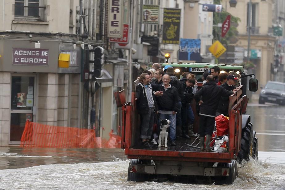 Résidents évacués à Nemours, l'une des villes les plus touchées, où l'eau a dépassé des niveaux historiques. (AP, François Mori)
