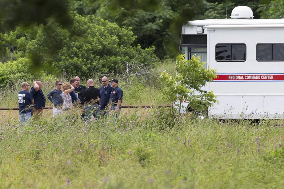Des secouristes discutent à proximité du lieu de... (PHOTO Michael Miller, The Temple Daily Telegram/AP)