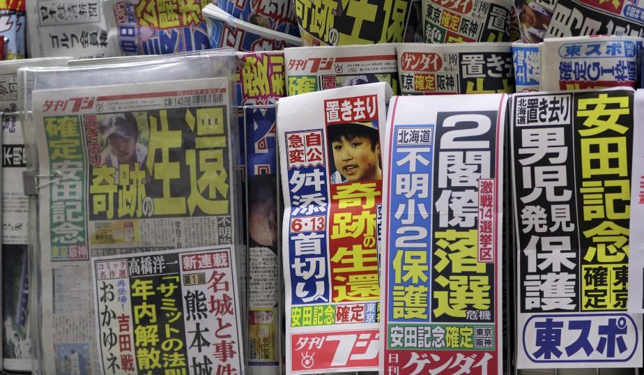 Les journaux japonais, comme ici dans un kiosque de Tokyo, ont abondamment parlé de la disparition du garçon cette semaine. (AP)
