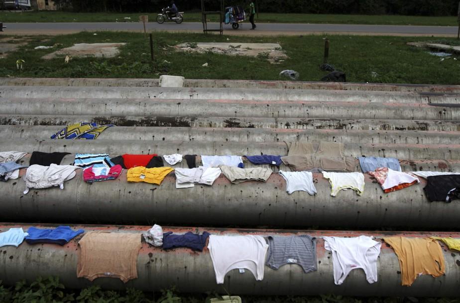 Des vêtements sèchent sur des oléoducs, à Port... (Photo Akintunde Akinleye, Reuters)