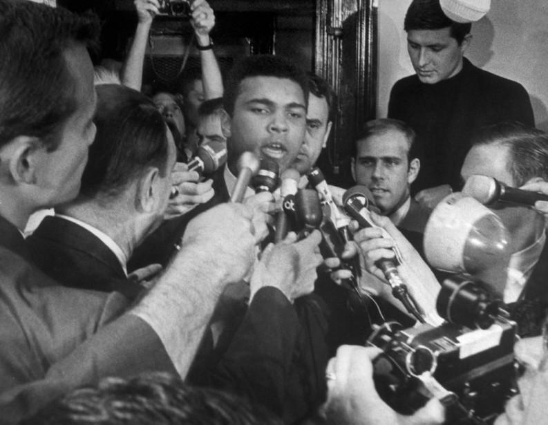 Muhammad Aliexplique en conférence de presse qu'il refuse de faire son service militaire et d'aller combattre au Vietnam,en1967à New York. (Photo Archives AFP)