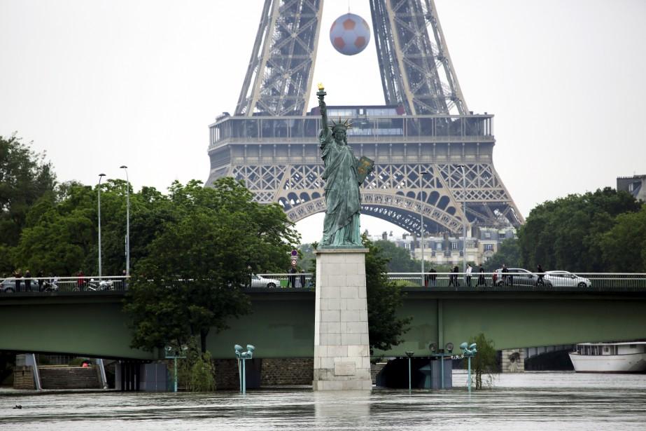 À Paris, les eaux brunâtres de la Seine restaient samedi à un niveau spectaculaire, recouvrant totalement les voies sur berge et une bonne partie des piles des ponts. (AP, Jerome Delay)
