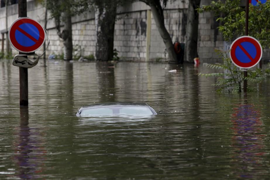 Une voiture complètement submergée par l'eau de la Seine, dans une section où le stationnement est interdit. (AP, Jerome Delay)