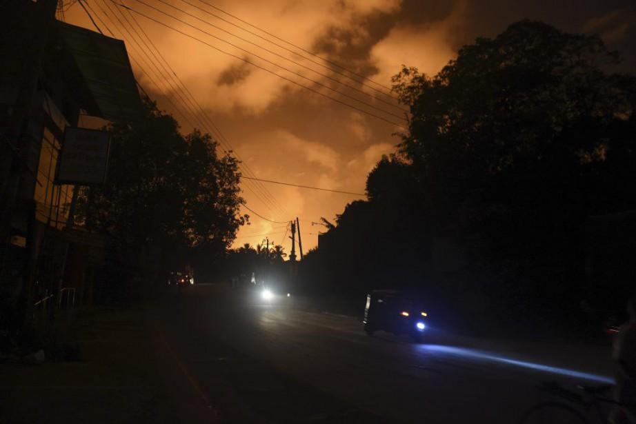 La nuit à Salawaétait éclairée d'une lueur orange... (PHOTO ISHARA S.KODIKARA, AFP)