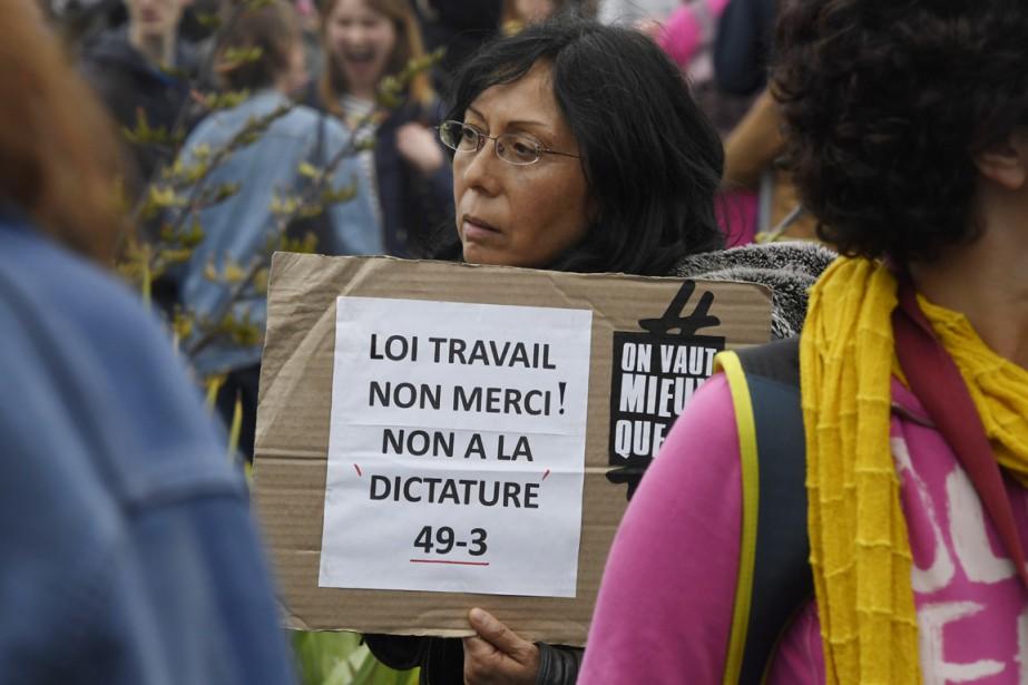 Une femme tient une pancarte signifiant son opposition... (PHOTO DAMIEN MEYER, ARCHIVES AFP)